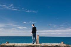 Mann am Pier stockbilder