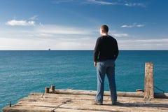 Mann am Pier stockbild