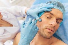 Mann am plastischen Chirurgen stockbild