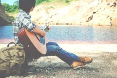 Mann playin Gitarre im Freienentspannen sich Lizenzfreies Stockbild