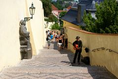 Mann in Prag, Gitarre spielend Stockfotografie