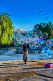 Mann produziert Seifenblasen in Athen Griechenland lizenzfreie stockfotos