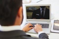Mann que programa con el ordenador portátil Fotografía de archivo