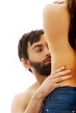 Mann rührendes silm woman& x27; s-Taille Stockfotografie