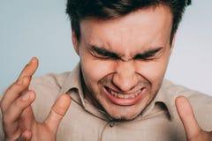 Mann-Rasereiqual der Bedrängnisses des emotionalen Zusammenbruches verärgerte stockfotografie