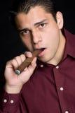 Mann-rauchende Zigarre Stockfotos