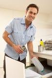 Mann Recyling Abfall zu Hause Stockfotos