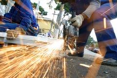 Mann an reibendem Stahl der Arbeit Lizenzfreie Stockbilder