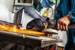 Mann reibt ein Metall Lizenzfreies Stockfoto