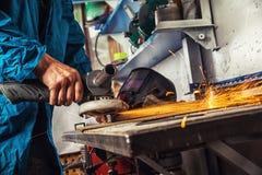 Mann reibt ein Metall Lizenzfreie Stockfotografie
