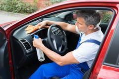 Mann-Reinigungs-Auto-Innenraum Stockfoto