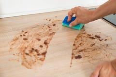 Mann-Reinigungs-Küchenarbeitsplatte mit Schwamm Stockfoto