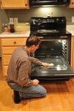 Mann-Reinigungs-Ofen stockfotografie