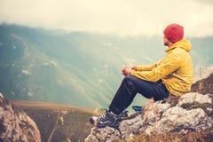 Mann-Reisender, der sich allein im Gebirgsreise-Lebensstil entspannt Lizenzfreie Stockbilder