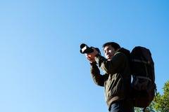 Mann-Reisender mit Fotokamera und -rucksack stockbilder