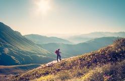Mann-Reisender mit Rucksacktrekking Reise-Lebensstil Stockfotos