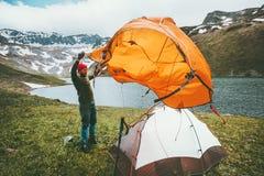Mann-Reisendneigungszeltcampingausrüstung Reiseabenteuer im Freien lizenzfreie stockfotografie