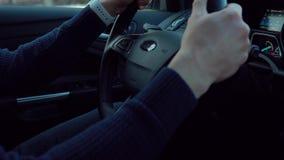 Mann reitet ein Auto in der Straße im Winter Hintergrundbeleuchtungsgreller glanz stock video