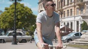 Mann reitet Fahrrad stock video