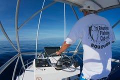 Mann reitet Fischerboot in dem Indischen Ozean nahe St Denis, Reunion Island Stockfotos
