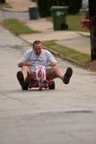 Mann reitet großen Rad-unten steilen Hügel lizenzfreie stockfotos