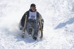 Mann reitet traditionellen Hornschlitten in Grindelwald, die Schweiz stockbild
