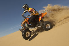 Mann-Reitviererkabel-Fahrrad in der Wüste Stockbilder