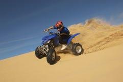 Mann-Reitviererkabel-Fahrrad in der Wüste Lizenzfreie Stockfotos