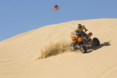 Mann-Reitviererkabel-Fahrrad in der Wüste Lizenzfreies Stockfoto