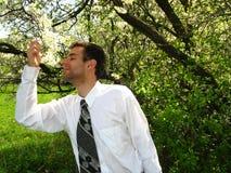 Mann-riechende Blumen Lizenzfreie Stockfotos