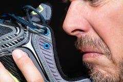 Mann-riechender Schuh Lizenzfreies Stockfoto
