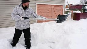 Mann säubern den Bürgersteig vom Schnee stock video footage