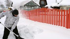 Mann säubern den Bürgersteig vom Schnee stock video
