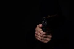 Mann ` s Hände, die mit Gewehr zielen stockbilder