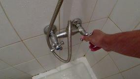 Mann ` s Hand dreht den Hahn in einer Toilettenkabine stock video footage