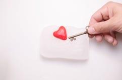 Mann ` s Hand hält den Schlüssel zu Ihrem Herzen stockfoto