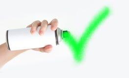 Mann ` s Hand hält einen Spray der schwarzen Farbe Die Entschließung zeichnet a Stockfotografie