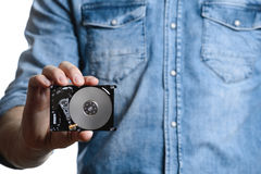 Mann ` s Hand hält 2 Festplattenlaufwerk von 5 Zoll Getrennt auf weißem Hintergrund Stockfotografie
