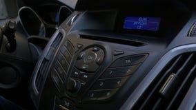 Mann ` s Hand setzt die Scheibe in den Autospieler Knöpfen Sie Steuerung für Digitalschallplattespieler in einem Auto Hand setzt  Stockbild