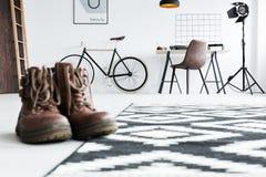 Mann ` s Stiefel in einem Raum lizenzfreies stockfoto