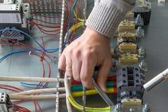Mann sammelt elektrisches Kabinett Lizenzfreies Stockfoto
