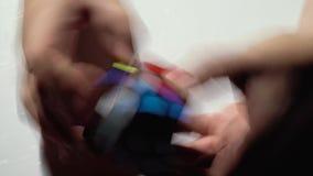 Mann sammelt Puzzlespiel Rubiks Würfel Abschluss oben stock video footage