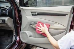 Mann sauber und das Auto einwachsen stockfoto