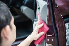 Mann sauber und das Auto einwachsen stockfotografie
