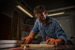 Mann Sawingbretter Lizenzfreies Stockfoto