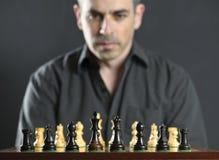 Mann am Schachvorstand Stockfoto