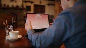 Mann schaltet Wartung eines Laptops ladenden Computer ein und findet, dass heraus er durch ein ransomware Spywarevirus angesteckt stock video