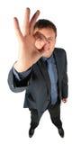 Mann schaut durch ein Zeichen-O.K. lizenzfreie stockfotografie