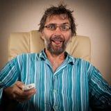 Mann schaut pikantes Erscheinen auf Fernsehapparat Lizenzfreies Stockfoto