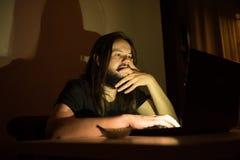 Mann schaut, um etwas durch das Internet zu kaufen Lizenzfreie Stockbilder